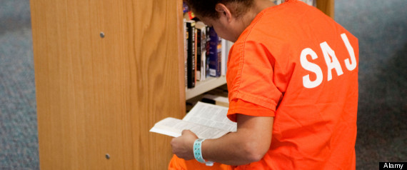 BM3MAE An inmate uses the small library at the City Jail Womens Unit in Santa Ana, California. Note orange jail uniform.